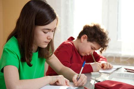 adolescentes estudiando: Niño y niña aprendizaje en casa Foto de archivo