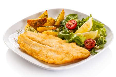 pescado frito: Filete de pescado frito con patatas y verduras al horno Foto de archivo