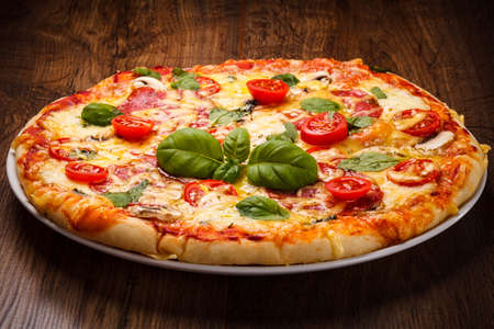 접시에 맛있는 피자