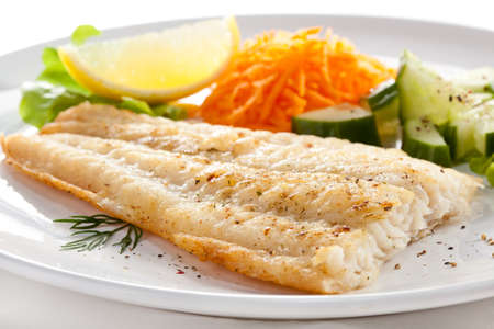 pescado frito: Pan frito filete de pescado con verduras