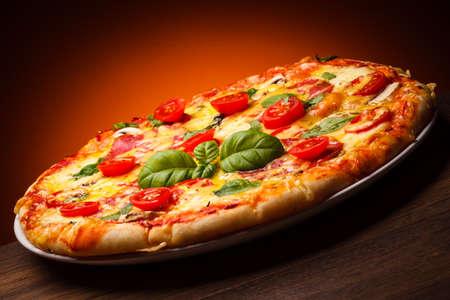 margarita pizza: Delicious pizza on a plate
