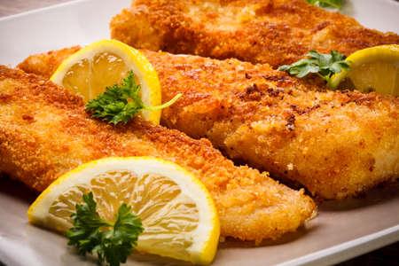 pescado frito: Filete de pescado frito con limones Foto de archivo