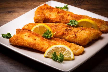 plato de pescado: Filete de pescado frito con limones Foto de archivo