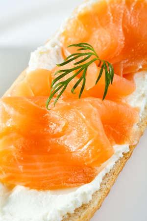 salmon ahumado: Pan con queso crema, salmón ahumado Foto de archivo
