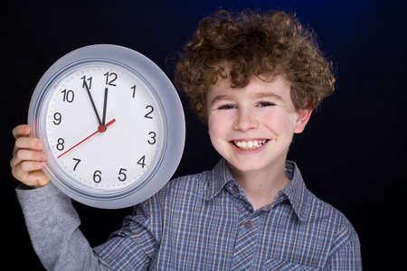 orologio da parete: Ragazzo in possesso di un orologio da parete