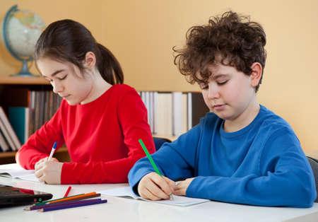 niños escribiendo: Los hermanos que hacen la preparación