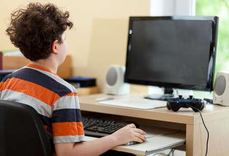 Chłopak gra w grę komputerową Zdjęcie Seryjne