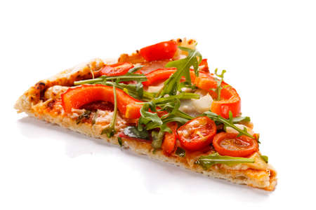 Vegetarische Pizzascheibe auf weißem Hintergrund