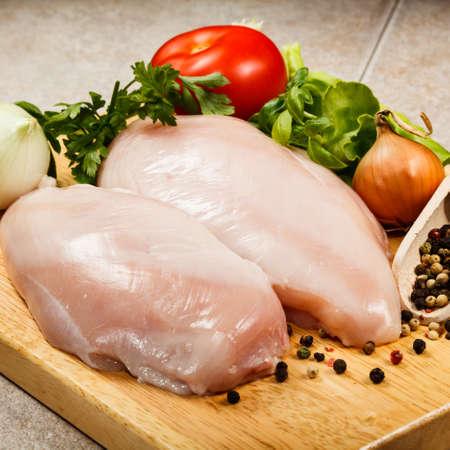 Close up von rohem Hühnerbrust auf Schneidebrett Lizenzfreie Bilder