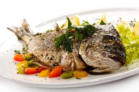pescado frito: Close up de pescado frito con pimiento en el fondo blanco