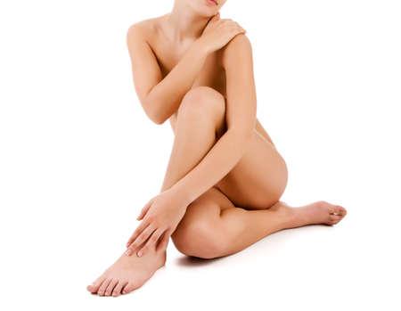 mujer desnuda sentada: Mujer desnuda delgado sentado sobre fondo blanco