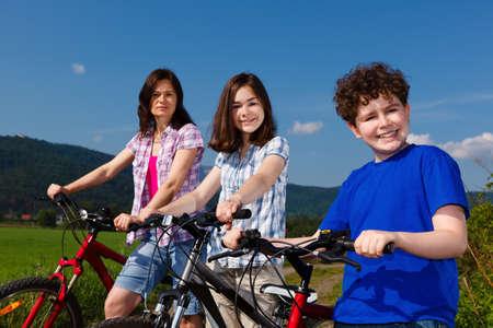 niños en bicicleta: Ciclismo de familia en el campo