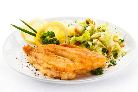 pescado frito: Filete de pescado frito con verduras Foto de archivo
