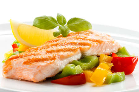 Grilled salmon and vegetables Imagens