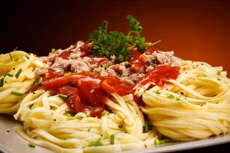 macarrones: Pasta con carne picada y salsa de tomate