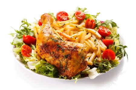 pollos asados: Pierna de pollo asado con papas fritas y hortalizas