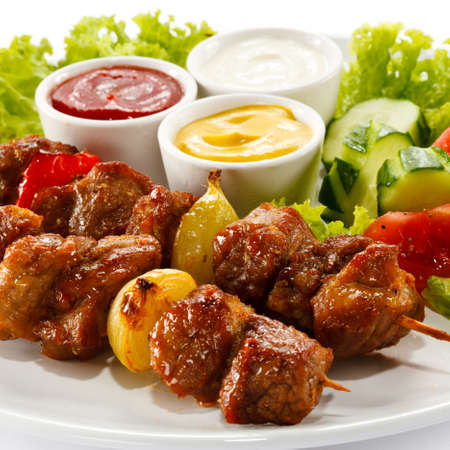 carne de pollo: Brochetas a la parrilla en un plato