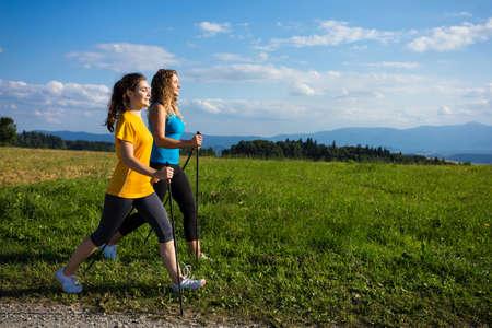 Dos niñas nordic walking