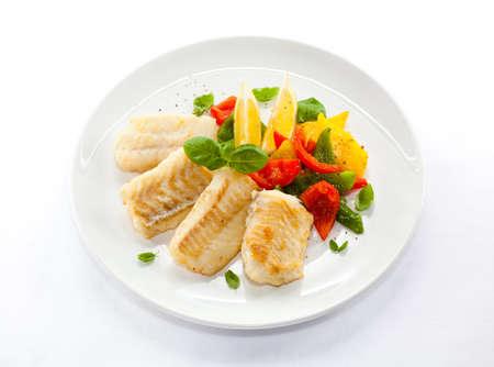 튀김과 야채와 함께 구운 생선 필렛의 상위 뷰 스톡 콘텐츠