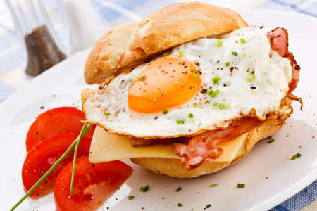 eggs and bacon: Bacon and egg breakfast sandwich