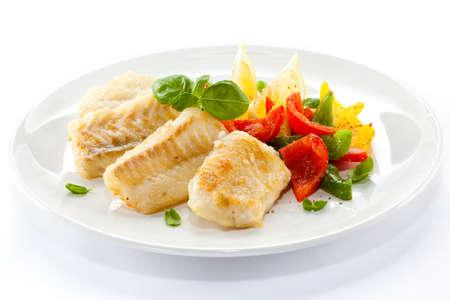 plato de pescado: Filete de pescado al horno con verduras y