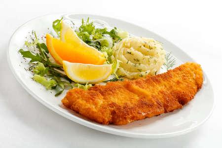 pescado frito: Vista superior de filete de pescado frito con puré de patatas y verduras