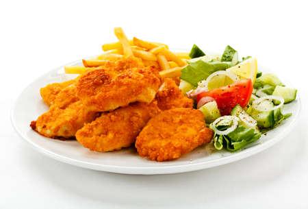 nuggets pollo: Close up de pepitas con papas fritas y ensalada