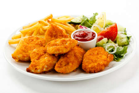 nuggets pollo: Close up de pepitas con papas fritas y ensalada