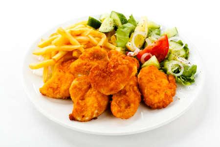 nuggets pollo: Vista superior de pepitas con papas fritas y ensalada