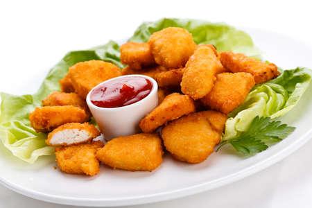 nuggets pollo: Close up de pepitas con salsa