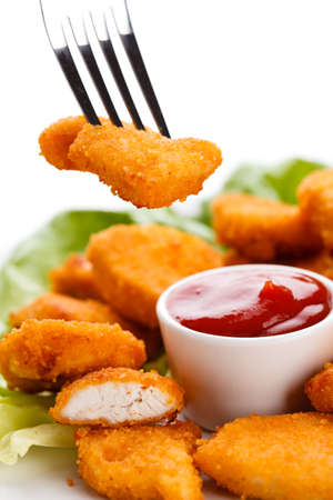Chicken Nuggets: Close up de pepitas con salsa