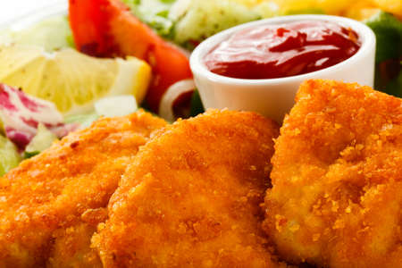 nuggets de pollo: Close up de pepitas con salsa
