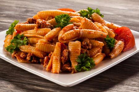 salsa de tomate: Pasta con carne, salsa de tomate y verduras Foto de archivo