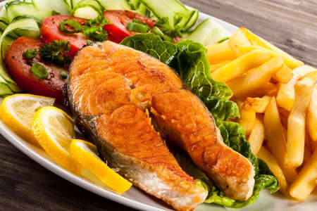 Fried salmon and vegetables Imagens