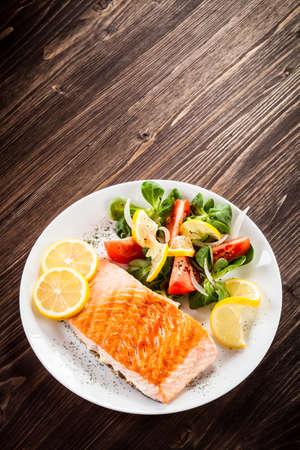 salad in plate: Salm�n y verduras a la parrilla Foto de archivo