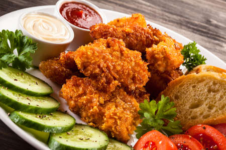chicken nuggets: Fried chicken nuggets and vegetables