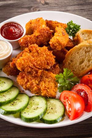nuggets pollo: Pepitas y vehículos de pollo frito Foto de archivo