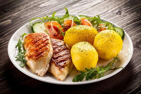 揚げ鶏肉の切り身、ゆでポテトと野菜のサラダ 写真素材
