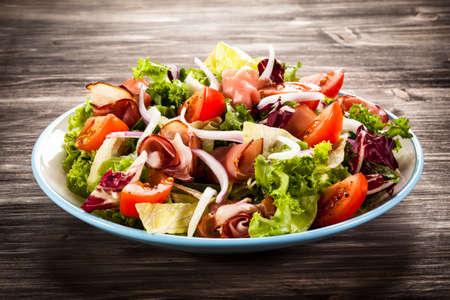 salad in plate: Jam�n ahumado y hortalizas