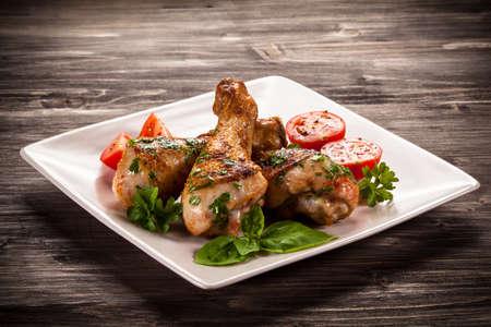 구운 닭 다리와 야채