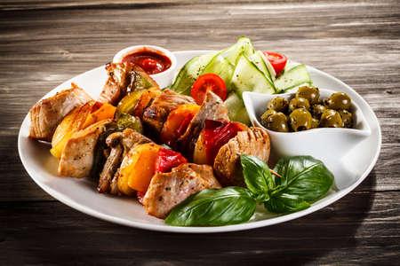 pinchos morunos: Carne a la brasa y verduras Foto de archivo