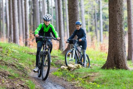 10 代の少女と少年のサイクリング 写真素材