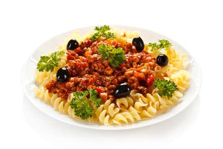 トマトと肉と白い背景の上の野菜パスタ