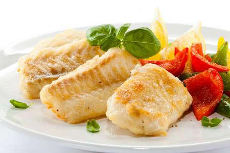 dish fish: Plato de pescado frito filetes de pescado y verduras Foto de archivo