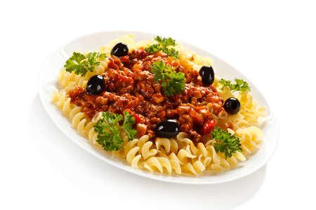 pastas: Pasta con salsa de tomate de la carne y las verduras en el fondo blanco Foto de archivo