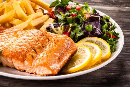plato de pescado: Salm�n frito y veh�culos Foto de archivo