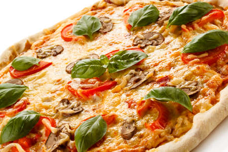 sur fond blanc: Pizza sur fond blanc Banque d'images