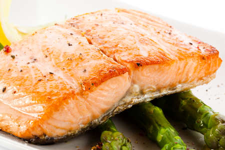 salmons: Grilled salmon and asparagus