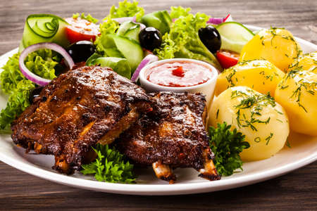 Grilled ribs with vegetables Stockfoto