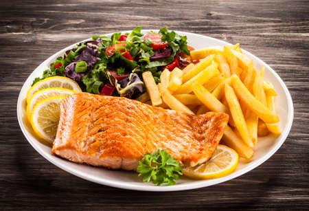 pescado frito: Salmón frito y vehículos Foto de archivo